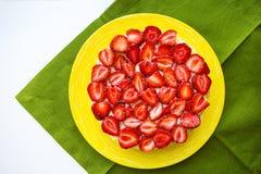 Le beau gâteau de fraise est sur la table, serviette verte Photos libres de droits