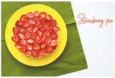 Le beau gâteau de fraise est sur la table, serviette verte Photographie stock