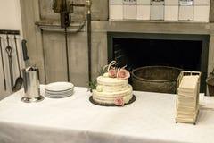 Le beau gâteau de mariage avec de la crème avec amour des textes sur le rose supérieur fleurit des roses Photographie stock