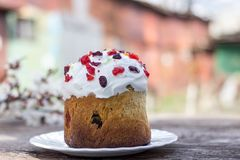 Le beau gâteau de Pâques sur un plateau blanc se tient sur une table en bois photo stock