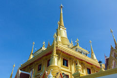 Le beau grand temple d'or dans la province de Nakhonsawan Photographie stock libre de droits