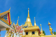 Le beau grand temple d'or dans la province de Nakhonsawan Photographie stock