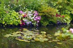 Le beau jardin du ` s de Claude Monet de Giverny, lis s'accumulent photographie stock libre de droits
