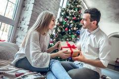Le beau jeune couple célèbre à la maison photographie stock libre de droits