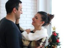 Le beau jeune couple examine la distance par le windo Image libre de droits