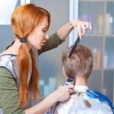 Le beau jeune femme le coiffeur Photo libre de droits