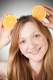 Le beau jeune femme a les oreilles oranges Photo libre de droits