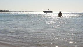 Le beau jeune femme sort de la mer HD clips vidéos
