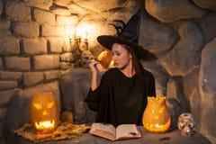 Le beau jeune magicien féminin pratique Photographie stock