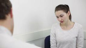 Le beau jeune patient écoute le docteur de conseil clips vidéos