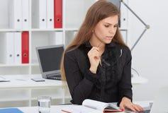 Le beau jeune secrétaire regarde l'écran d'ordinateur portable Offre d'emploi d'affaires, succès financier, expert-comptable cert photos libres de droits