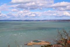 Le beau Lac Balaton avec des nuages photographie stock libre de droits