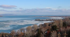 Le beau Lac Balaton congelé image stock
