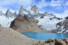 Le beau lac et Fitz Roy font une pointe à l'intérieur du parc national de Glaciares, EL Chaltén, Argentine Photographie stock libre de droits