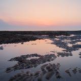 Le beau lever de soleil coloré s'est reflété dans les piscines o à marée basse de roche photo libre de droits