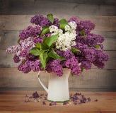 Le beau lilas sur un fond en bois images stock