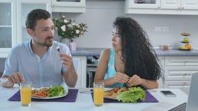 Le beau ménage marié a un brearfast à la cuisine banque de vidéos