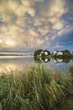 Le beau mammatus opacifie la formation au-dessus de l'immediat de paysage de lac Photographie stock libre de droits