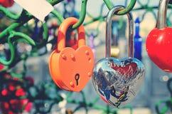 Le beau mariage ferme à clef sur l'arbre de fer de l'amour Image stock