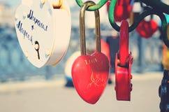 Le beau mariage ferme à clef sur l'arbre de fer de l'amour Image libre de droits