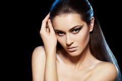 Le beau modèle avec le long cheveu et la mode préparent Photographie stock libre de droits