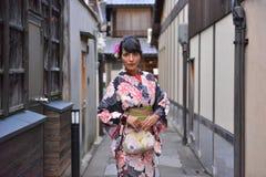 Le beau modèle s'est habillé dans un kimono à Kyoto photographie stock