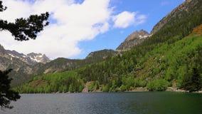 Le beau parc national d'Aiguestortes i Estany de Sant Maurici des Pyrénées espagnols en Catalogne banque de vidéos