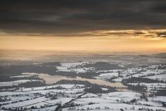 Le beau paysage d'hiver au coucher du soleil vibrant au-dessus de la neige a couvert c image stock