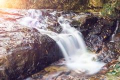 Le beau paysage de la cascade naturelle dans la forêt verte chez Pilok, Kanchanaburi, Thaïlande Image stock