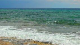 Le beau paysage marin calme, mer bleue ondule éclaboussant, tir loopable pour la méditation banque de vidéos