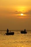 Le beau paysage sur l'océan avec la silhouette du pêcheur, exposent au soleil a Image stock