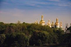 Le beau paysage urbain de Kiev avec les arbres, la rivière Dniepr et les bâtiments vert clair sur a quitté la berge kiev Images libres de droits