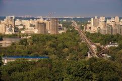 Le beau paysage urbain de Kiev avec les arbres, la rivière Dniepr et les bâtiments vert clair sur a quitté la berge kiev Photos libres de droits