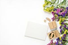Le beau photobook blanc de mariage et l'éclair d'Usb conduisent dans la boîte en bois faite main Proue d'étoile bleue avec la ban Photographie stock libre de droits