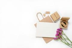 Le beau photobook blanc de mariage et l'éclair d'Usb conduisent dans la boîte en bois faite main Proue d'étoile bleue avec la ban Images stock