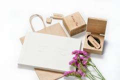 Le beau photobook blanc de mariage et l'éclair d'Usb conduisent dans la boîte en bois faite main Proue d'étoile bleue avec la ban Photo libre de droits