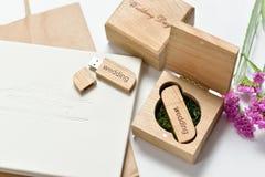 Le beau photobook blanc de mariage et l'éclair d'Usb conduisent dans la boîte en bois faite main Proue d'étoile bleue avec la ban Image stock