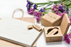 Le beau photobook blanc de mariage et l'éclair d'Usb conduisent dans la boîte en bois faite main Proue d'étoile bleue avec la ban Photos stock
