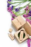 Le beau photobook blanc de mariage et l'éclair d'Usb conduisent dans la boîte en bois faite main Proue d'étoile bleue avec la ban Photographie stock