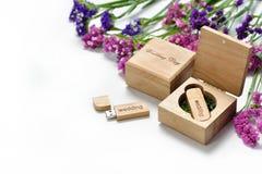 Le beau photobook blanc de mariage et l'éclair d'Usb conduisent dans la boîte en bois faite main Proue d'étoile bleue avec la ban Image libre de droits