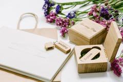 Le beau photobook blanc de mariage et l'éclair d'Usb conduisent dans la boîte en bois faite main de vintage Proue d'étoile bleue  Images stock