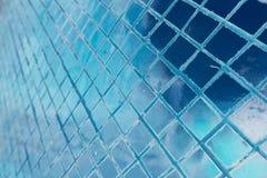 Le beau plan rapproch? donne aux tuiles une consistance rugueuse et l'or abstrait et le fond et l'art color?s de mur de verre illustration libre de droits