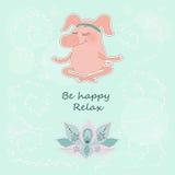 Le beau porc heureux se repose aveuglément dans une pose de lotus Image stock