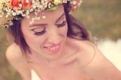 Le beau port de jeune mariée composent et une couronne florale Image libre de droits