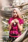 Le beau portrait de femme avec le punk composent et équipent photo stock