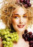Le beau portrait de jeune femme a excité le sourire avec l'art ha d'imagination Photographie stock