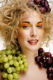 Le beau portrait de jeune femme a excité le sourire avec le style de maquillage de cheveux d'art d'imagination Photographie stock