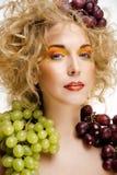 Le beau portrait de jeune femme a excité le sourire avec le style de maquillage de cheveux d'art d'imagination Images stock