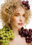 Le beau portrait de jeune femme a excité le sourire avec le style de maquillage de cheveux d'art d'imagination Photo stock