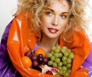 Le beau portrait de jeune femme a excité le sourire avec le style de maquillage de cheveux d'art d'imagination Photo libre de droits